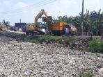 proses-pengangkutan-sampah-di-kali-pisang-batu.jpg