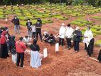 prosesi-pemakaman-jenazah-almarhum-bambang-dwitoro-ketua-kpu-tangerang-selatan.jpg