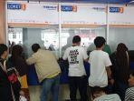 puluhan-orang-yang-tampak-menunggu-di-loket-pembatalan-tiket-stasiun-pasar-senen-1.jpg