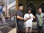 raja-si-remaja-viral-penyambut-jamaah-di-masjid-punya-usaha-saat-usianya-10-tahun.jpg