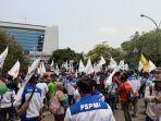 ratusan-buruh-berunjuk-rasa-di-gedung-kemnaker-ri.jpg