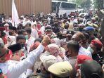 ratusan-massa-pendukung-muhamad-saraswati-di-kantor-kpu-tangsel.jpg