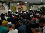 ratusan-orang-salat-jenazah-kh-tolchah-hasan-masjid-ainul-yaqin.jpg