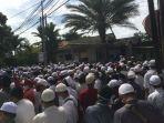 ratusan-pelayat-di-kediaman-habib-ali-bin-abdurrahman-assegaf.jpg