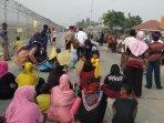 ratusan-warga-desa-rawarengas-yang-memblokade-jalan-perimeter-utara-bandara-soekarno-hatt.jpg