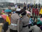 ratusan-warga-yang-menduduki-akses-perimeter-bandara-soekarno-hatta.jpg