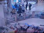 rekaman-cctv-aksi-pencurian-yang-dilakukan-komplotan-maling-di-mall-cijantung.jpg