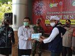relawan-indonesia-bersatu-lawan-covid-19-memberikan.jpg