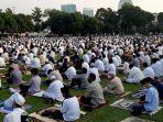 ribuan-jemaah-salat-idul-fitri-memenuhi-lapangan-masjid-agung-al-azhar-1.jpg