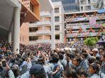 ribuan-mahasiswa-universitas-gunadarma-menggelar-aksi-demo.jpg