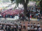 ribuan-pekerja-berkumpul-di-sekitar-patung-kuda-peringati-may-day.jpg