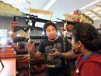 ridwan-kamal-saat-melayani-pengunjung-jfk-2019-di-booth-ebony-guns.jpg
