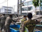 satpol-pp-kecamatan-tanjung-priok-menertibkan-bangunan-liar-danau-sunter.jpg