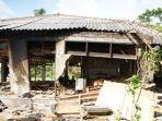satu-rumah-yang-hanya-tinggal-kerangka-di-desa-sambolo-kecamatan-carita.jpg