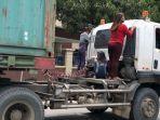 screenshot-remaja-wanita-menumpang-sambungan-truk-trailer.jpg