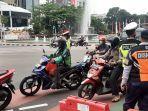 sejumlah-aparat-kepolisian-dan-dinas-perhubungan-sosialasi.jpg