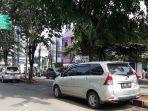sejumlah-kendaraan-parkir-sembarang-di-jalan-rawa-tembaga.jpg