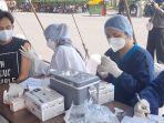 sejumlah-masyarakat-mengikuti-program-serbuan-vaksinasi-di-stadion-gbk.jpg