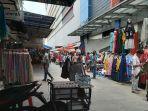 sejumlah-pedagang-pakaian-berjualan-di-sekitaran-pasar-tanah-abang.jpg