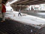 sejumlah-pekerja-saat-melakukan-pekerjaan-pembangunan-skatepark-di-taman-jatiasih.jpg