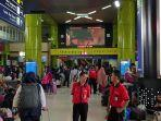 sejumlah-penumpang-yang-tampak-memadati-stasiun-gambir.jpg