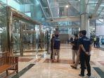 sejumlah-personel-kepolisian-mengecek-kondisi-mal-taman-anggrek-jakarta-barat.jpg