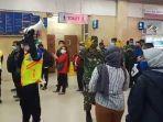 sejumlah-personel-tni-pun-mengedukasi-penumpang-krl-di-stasiun-tanah-abang-1.jpg