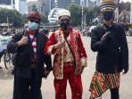 sejumlah-peserta-demonstrasi-mengenakan-pakaian-adat-menolak-uu-cipta-kerja.jpg