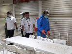 sejumlah-petugas-kebersihan-pasar-senen-melakukan-penyemprotan-disinfektan-3.jpg
