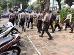 sejumlah-petugas-kepolisian-di-kantor-kelurahan-gelora.jpg