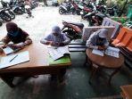 sejumlah-siswa-belajar-di-kantor-kelurahan-kuningan-barat-mampang-prapatan-1.jpg