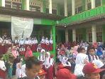 sejumlah-siswa-sdn-karang-rahayu-01-bekasi-protes.jpg