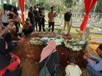 sejumlah-warga-berdoa-di-makam-bj-habibie-di-tmp-kalibata-pancoran.jpg