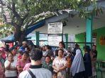 sejumlah-warga-berkumpul-di-kantor-rw09-kelurahan-pejuang-medan-satria-kota-bekasi.jpg