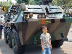 seorang-anak-berfoto-di-depan-kendaraan-taktis-akarta-pusat-selasa-5102021.jpg