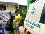 seorang-ayah-dan-bayinya-yang-berusia-4-bulan-saat-proses-evakuasi.jpg