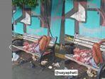 seorang-kakek-kurus-kering-terbaring-di-atas-kursi-yang-ada-di-trotoar-mayestik-jakarta-selatan.jpg