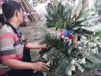 seorang-karyawan-toko-tengah-merancang-daun-di-kios-bunga-rawajati.jpg