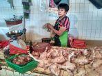 seorang-pedagang-daging-ayam-di-pasar-slipi-kemanggisan-jakarta-barat.jpg