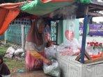 seorang-penjual-bunga-di-sekitar-tpu-kebon-nanas.jpg
