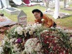 seorang-wanita-meneteskan-air-mata-pada-makam-ani-yudhoyono.jpg