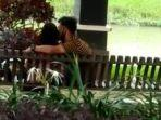 sepasang-kekasih-berciuman-di-taman-pinggir-kali.jpg