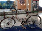 sepeda-yang-bertempelkan-prangko-yang-dihibahkan-ke-museum-prangko-indonesia-di-tmii-jakarta-timur.jpg