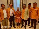 siti-nur-azizah-berfoto-bersama-ketua-umum-partai-hanura-oesman-sapta-odang.jpg