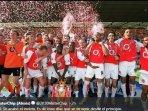 skuad-the-invincibles-arsenal-saat-merayakan-gelar-juara-liga-inggris.jpg