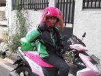 sosok-ari-anggoro-27-driver-ojol-helm-boneka-dan-penyuka-warna-pink.jpg
