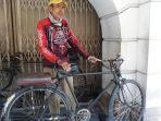 sosok-nuridin-55-ojek-sepeda-onthel-di-kompleks-kota-tua-pada-rabu-1192019.jpg