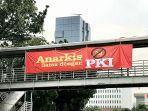 spanduk-bertuliskan-anarkis-sama-dengan-pki-terbentang-di-jembatan-penyeberangan-orang.jpg