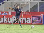 striker-arema-fc-carlos-fortes-sedang-menguasai-bola-dalam-laga-pekan-keenam-liga-1-2021.jpg