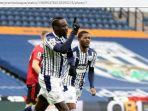striker-west-bromwich-albion-mbaye-diagne-mencetak-gol-ke-gawang-manchester-united.jpg